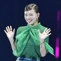 元AAA伊藤千晃、ミニスカ衣装で笑顔のランウェイ