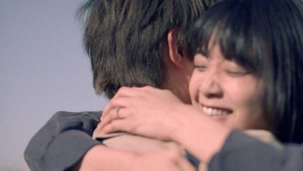 吉沢亮、深川麻衣の笑顔に「キュンキュンした」 新CMで抱きしめ合う