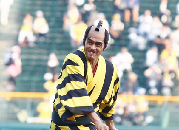 阿部寛、人生初ノーバン始球式! タイガースカラーの羽織にどよめき