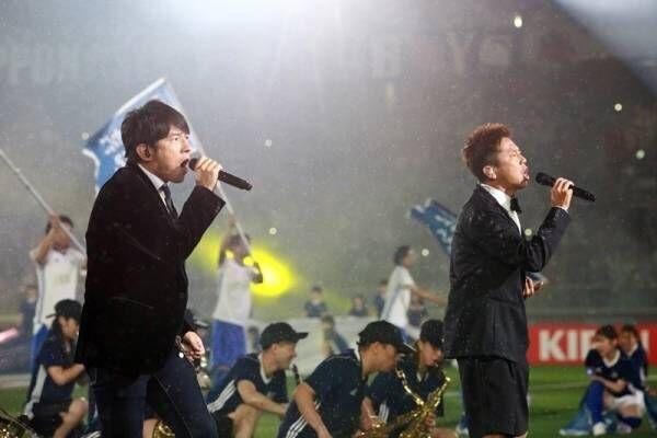 ウカスカジー、サッカー日本代表に歌でエール! 雨の中で応援ソング熱唱
