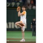 AAA宇野実彩子、ショーパン姿で始球式! ノーバンならずも美脚で魅了