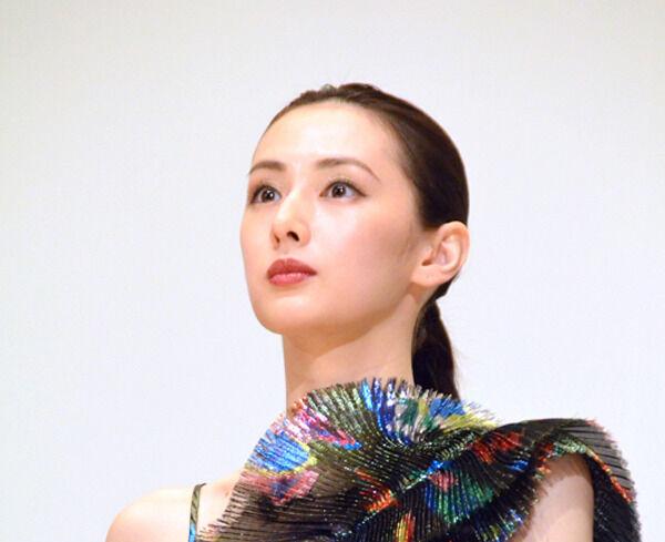 北川景子、肩出し豪奢ドレスで登場 「みんなを誘う腹踊り」真摯に模索