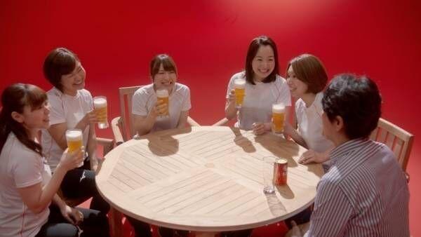 カーリング5人娘、CMで笑顔はじける! 現場絶賛のビールの飲み方にも注目