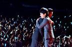 木村拓哉と二宮和也が熱い抱擁! 『検察側の罪人』共演で絶賛&感謝
