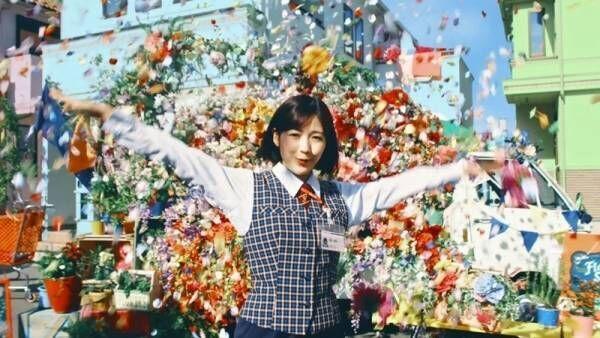 渡辺麻友が歌って踊って宙返り! ヤクルトレディに扮したミュージカル風動画