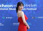 知英、真っ赤なドレスで美背中&美脚ショット連発! 音楽映画祭に凱旋