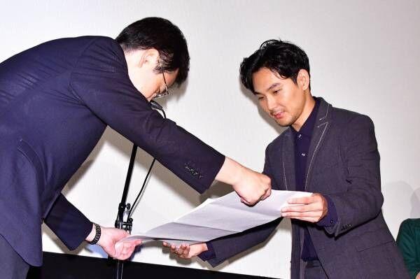 松田龍平、将棋の初段免状を贈呈されて「僕に挑戦したければ受けて立つ!」