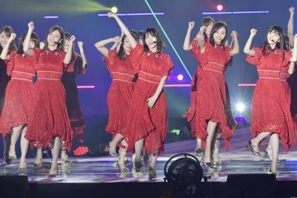 乃木坂46、真っ赤な衣装で4曲熱唱! GirlsAward最多出演更新