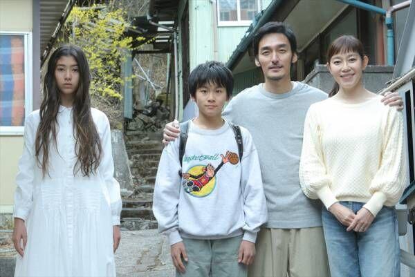 草彅剛の家族写真、西加奈子の猿の絵…映画『まく子』チラシ画像公開