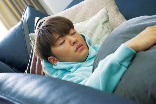 佐野玲於、キュートすぎるあどけない寝顔 『ハナレイ・ベイ』場面写真