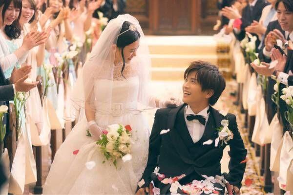 岩田剛典がタキシード、杉咲花が初ウエディングドレス! 結婚式場面写真公開