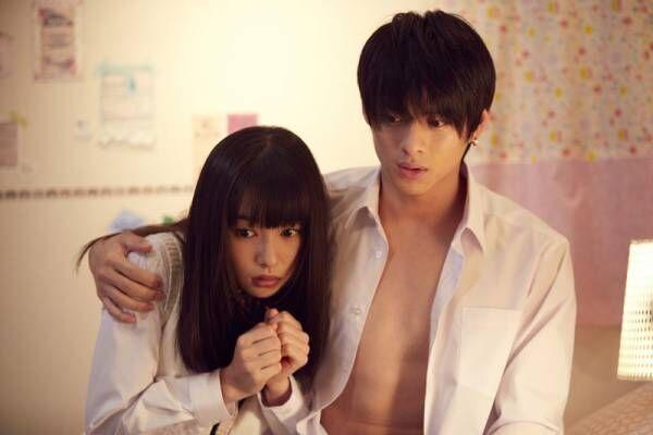 平野紫耀、はだけたシャツから胸元が…桜井日奈子を抱き寄せる衝撃場面