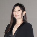 篠原涼子、胸元開いたセクシー衣装で魅了! 自身は西島秀俊に熱視線