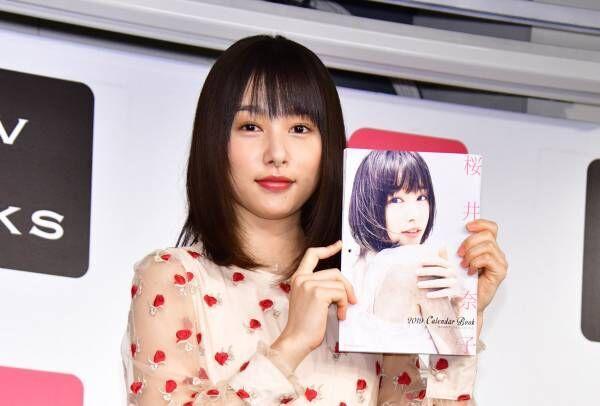 桜井日奈子、2019年のカレンダーは太ももチラリで色気