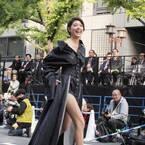 森星、大胆デニム衣装で美脚全開! 大阪・御堂筋ランウェイに登場