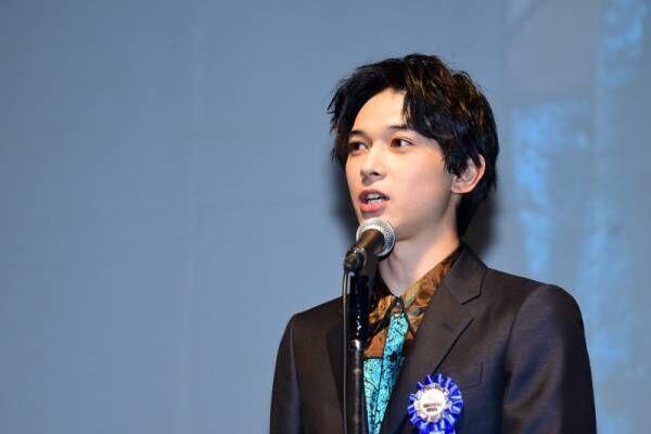 吉沢亮、初の映画賞に「頑張ってよかった」 吉村界人と熱いハグ