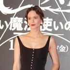 『ファンタビ』ヒロイン、胸元セクシードレスで日本のファンを魅了