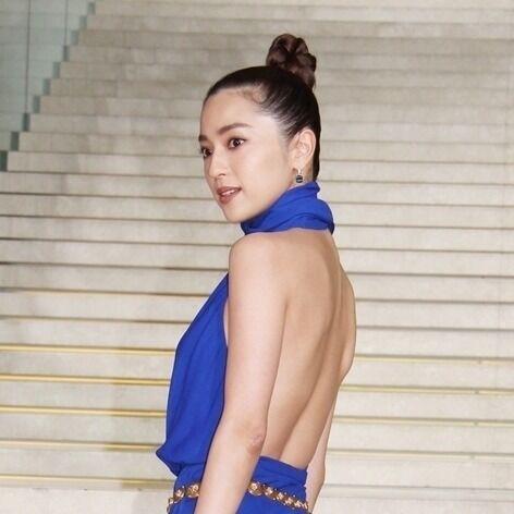 中村アン、美背中あらわなドレスで美貌放つ! 『VOGUE』賞に感激