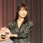 有村架純、胸元開いたドレスで大人の魅力 ベストドレッサー賞受賞