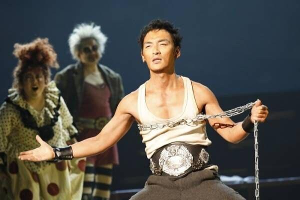 草なぎ剛、主演舞台で肉体美披露!「ゴリラマッチョ」で野生的な男に