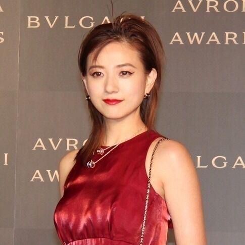 伊藤千晃、光沢のある華やかドレスで魅了「胸を張って歩きたい」