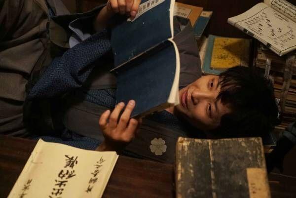 """星野源、書物に囲まれた""""引きこもり侍""""姿! 『引っ越し大名!』場面写真"""
