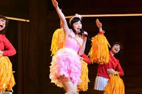 成海璃子、フリルミニスカで舞台初歌唱! おニャン子風アイドルに