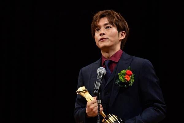 松坂桃李、映画賞トロフィーに7年分の重み 柄本・安藤夫婦への憧れも