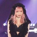 益若つばさ、胸の谷間くっきり! ナイトブラ姿×ピンク髪で魅了