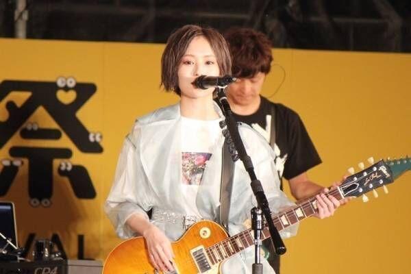 山本彩、ソロ初の沖縄に「緊張」も堂々パフォーマンス! 歌声&ギターで魅了