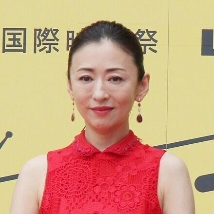 松雪泰子、赤い肩出しドレスでオーラ放つ! 沖縄国際映画祭レッドカーペット