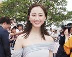 松井玲奈、美背中&デコルテあらわ! 那覇国際通りで観客魅了
