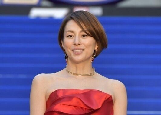 米倉涼子、美背中&デコルテあらわなドレスで魅了