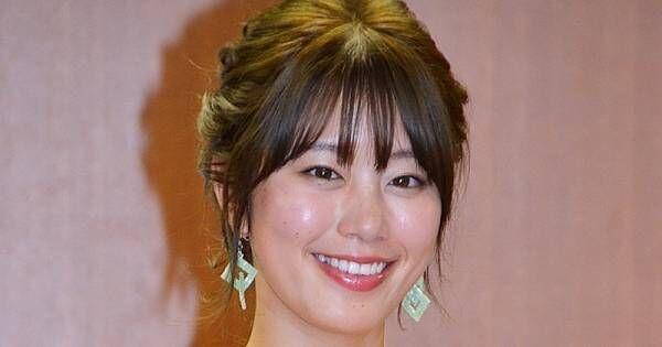 稲村亜美、タイトなイエロードレスで表彰式に登場「映えるように」