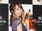 宇垣美里、美背中あらわな衣装でウイスキー堪能「お仕事でいいんですか!?」