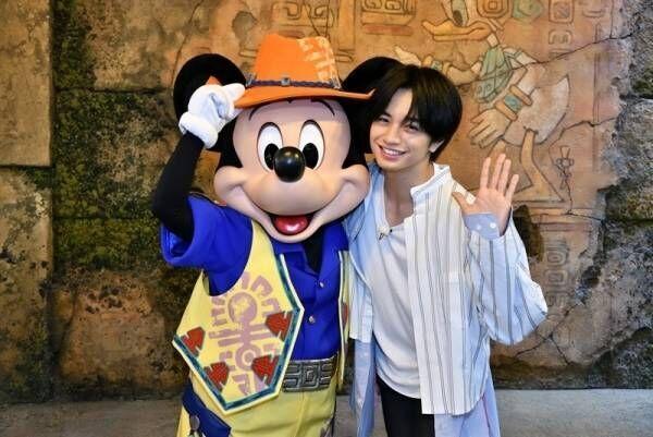 中島健人、5年ぶりTDSでミッキーとハグ「久しぶり! 会えてうれしいよ!」