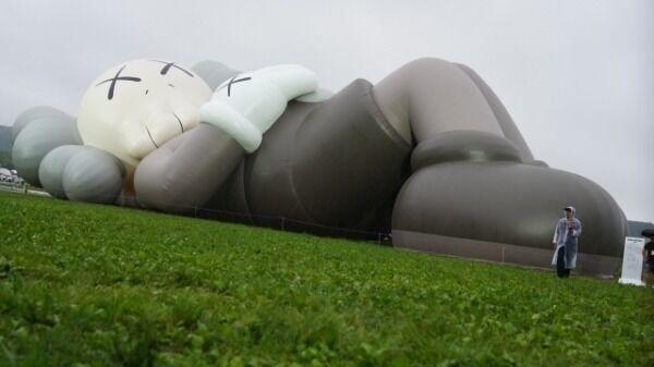世界的人気アート『KAWS:HOLIDAY』が日本初上陸 香取慎吾・ローラ・佐野玲於らも駆けつけ