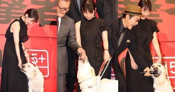 吉岡里帆のバディ犬・パル、舞台あいさつ用マイクと國村隼をパクリ