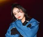 平祐奈、スリットから美脚チラリ 『進撃』コラボファッション披露