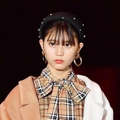 """日向坂46小坂菜緒、ショート丈×ニーハイで""""絶対領域""""披露"""