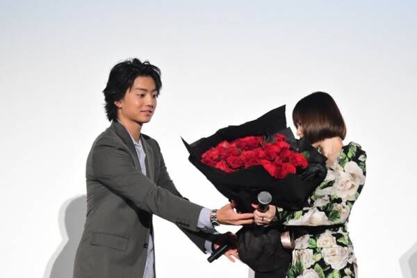 伊藤健太郎、玉城ティナにサプライズで「プロポーズみたい」神対応発揮