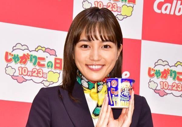 川口春奈、受付嬢の制服姿にノリノリ「スカーフを巻いちゃったりして」