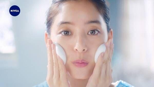 新木優子、すっぴん肌でCM出演! ハイテンションに洗顔