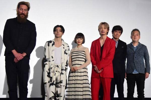 綾野剛の金髪×真っ赤な胸あきスーツ姿に、村上虹郎「ライブですか!?」