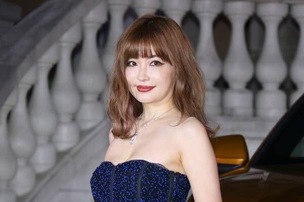 平子理沙、胸元セクシーなベアトップドレスで魅了