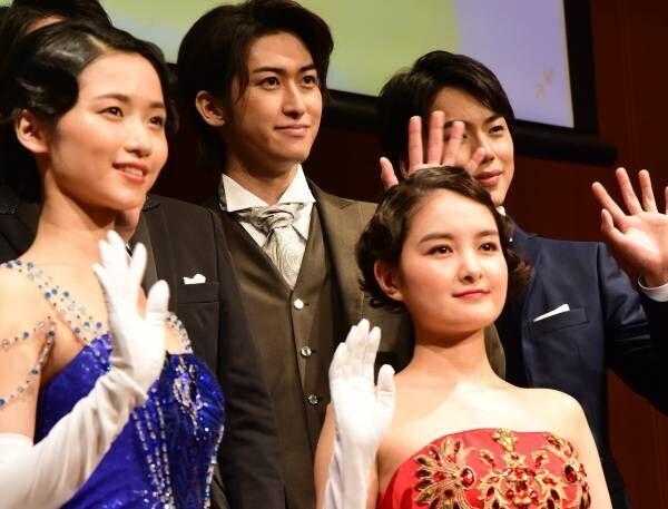 葵わかな、真っ赤な肩出しドレスでお姫様に! W主演・木下晴香とは「本当に良い関係」
