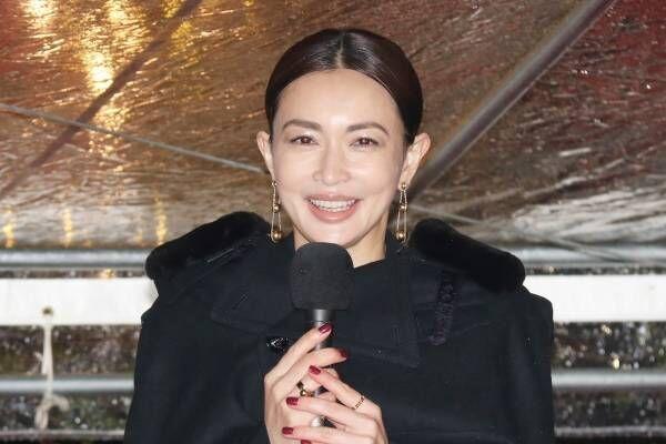 長谷川京子、雨の中で点灯式! あまりの寒さに衣装変更「すみません」
