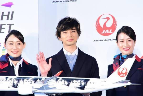 松本潤、JALの嵐JETに「愛情を感じる」 偶然の出会いにメンバーみんなで写真も