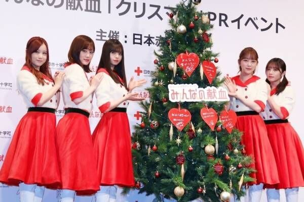 乃木坂46齋藤飛鳥ら、キュートなサンタ風衣装でツリーに飾り付け