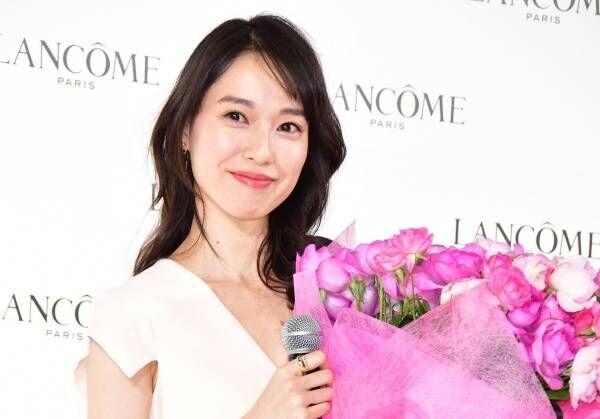 【動画】戸田恵梨香、胸元が開いた白のセクシーなロングドレス姿で登場